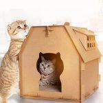 Casa de cartón para gatos con ventanas laterales